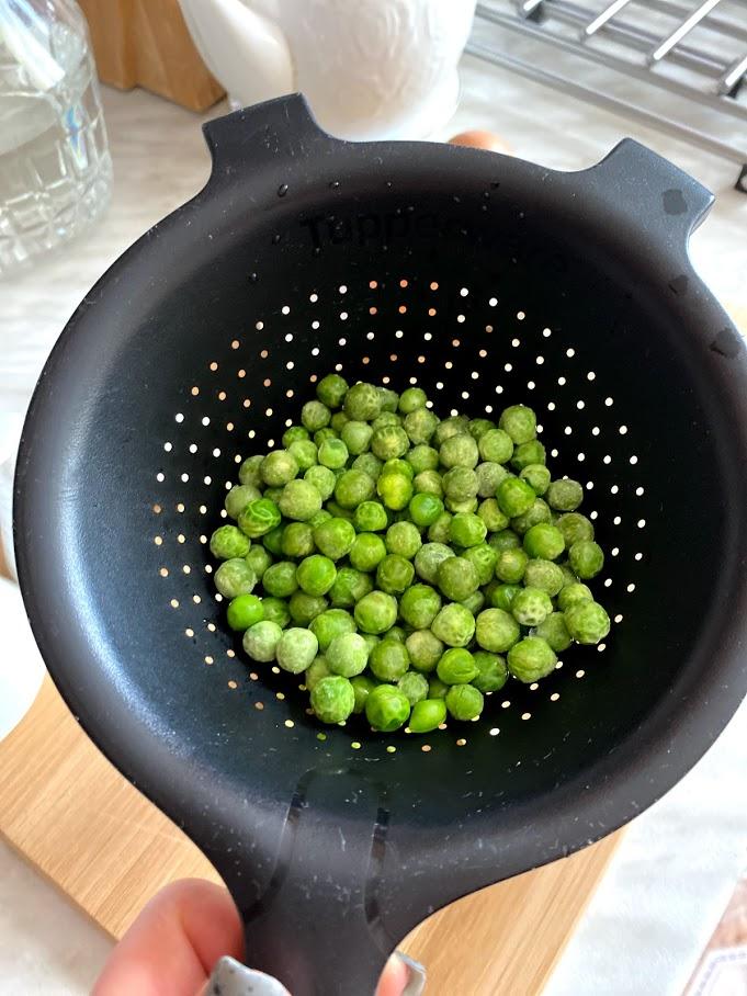 Фото рецепта - Яичница с горошком и авокадо - шаг 4