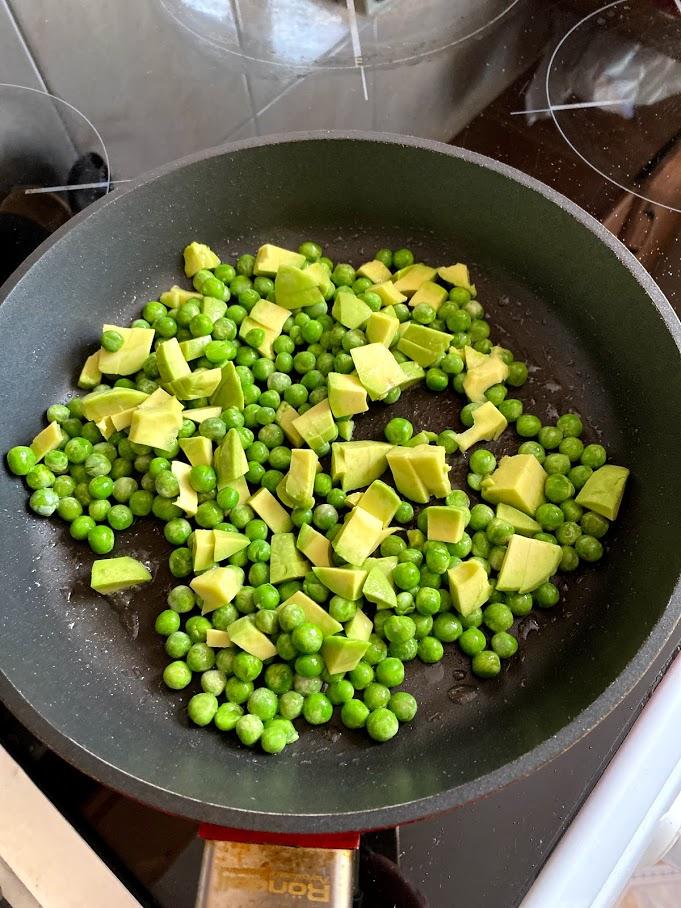 Фото рецепта - Яичница с горошком и авокадо - шаг 6