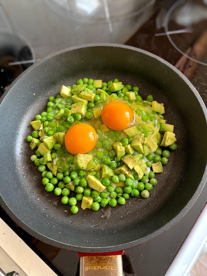 Фото рецепта - Яичница с горошком и авокадо - шаг 7