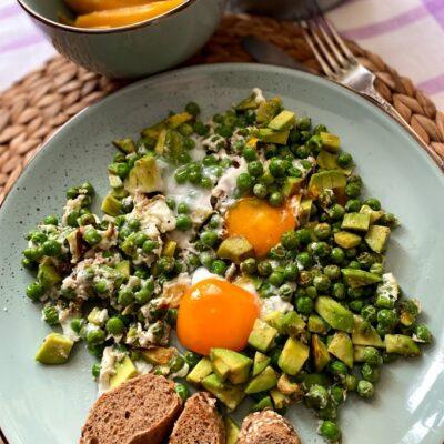 Яичница с горошком и авокадо - рецепт с фото