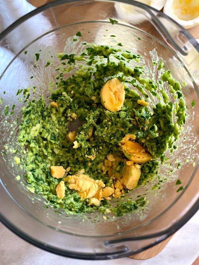 Фото рецепта - Яйца, фаршированные авокадо и шпинатом - шаг 6