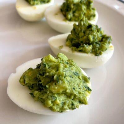 Яйца, фаршированные авокадо и шпинатом - рецепт с фото