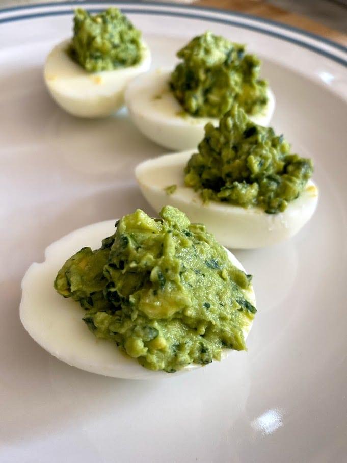 Яйца, фаршированные авокадо и шпинатом