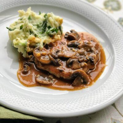 Свиные отбивные в чесночно-грибном соусе - рецепт с фото