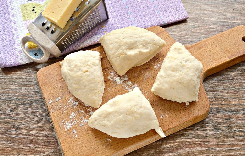 Фото рецепта - Лепешки на кефире с сыром на сковороде - шаг 2