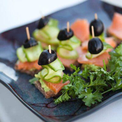 Канапе с копченым лососем и авокадо - рецепт с фото