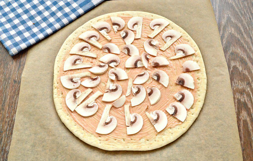 Фото рецепта - Пицца с грибами, колбасой и помидором на готовой основе - шаг 2