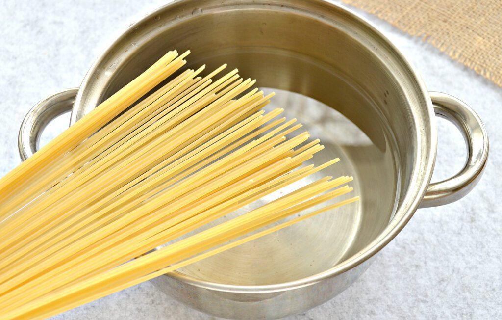 Фото рецепта - Спагетти с тушеной свининой на сковороде - шаг 2