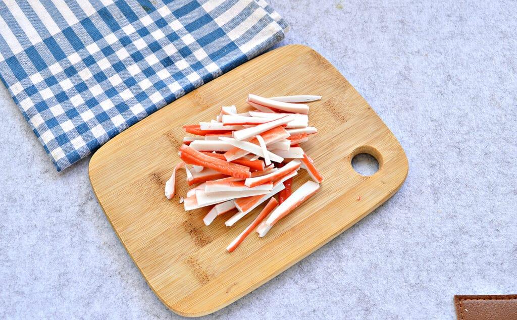 Фото рецепта - Салат с пекинской капустой, фасолью и крабовыми палочками - шаг 3