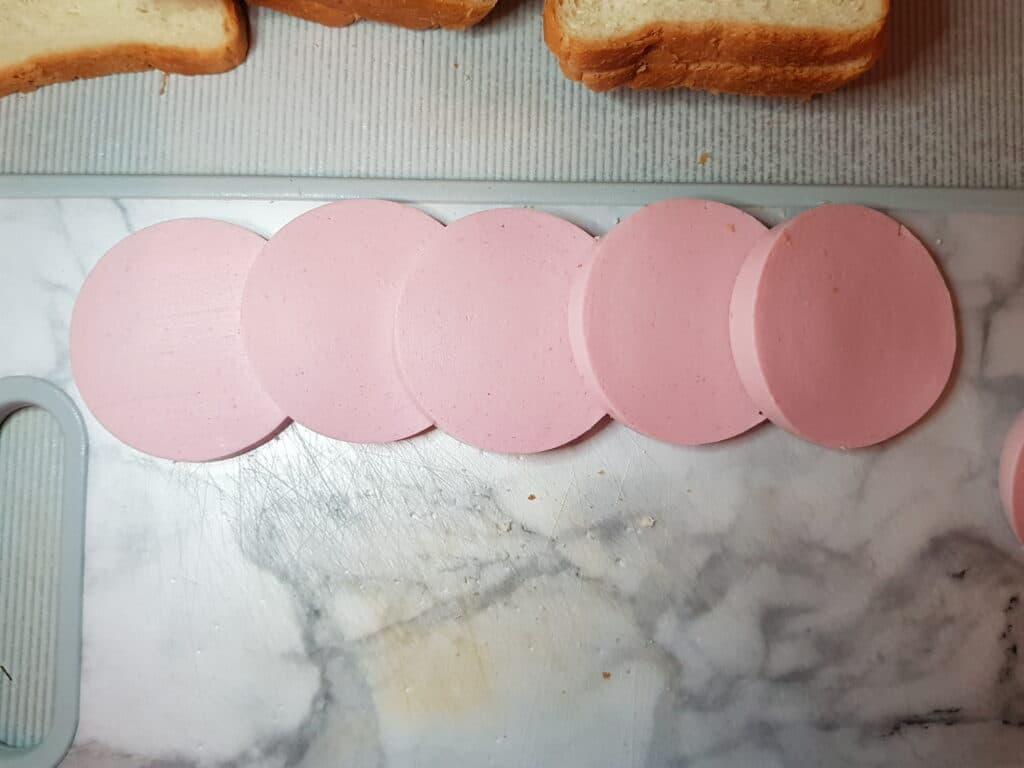 Фото рецепта - Сэндвичи с колбасой и сыром на сковороде - шаг 1