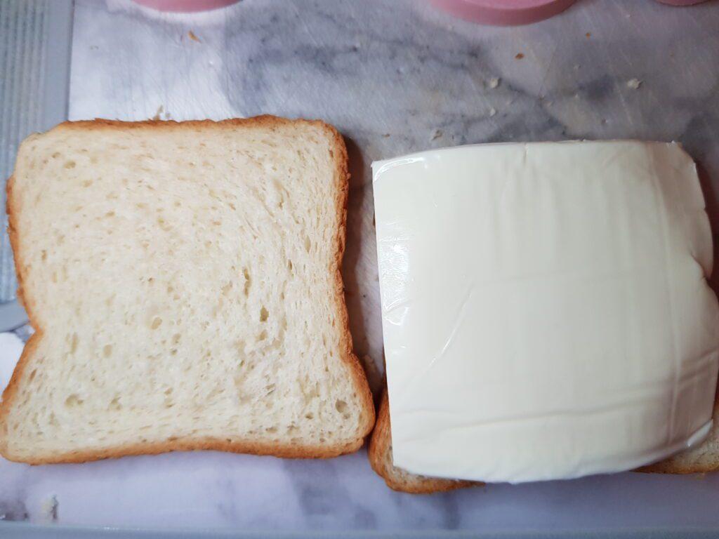 Фото рецепта - Сэндвичи с колбасой и сыром на сковороде - шаг 2