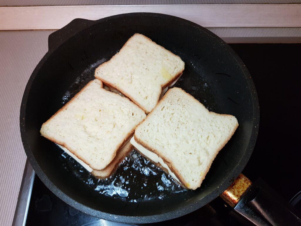 Фото рецепта - Сэндвичи с колбасой и сыром на сковороде - шаг 4