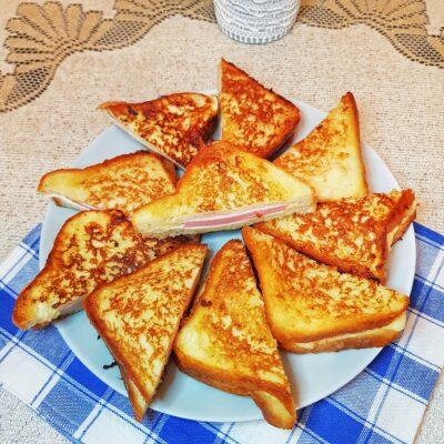 Сэндвичи с колбасой и сыром на сковороде - рецепт с фото