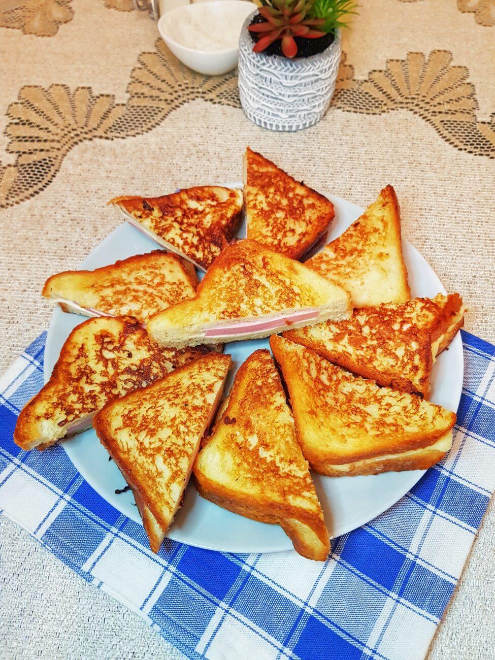 Сэндвичи с колбасой и сыром на сковороде