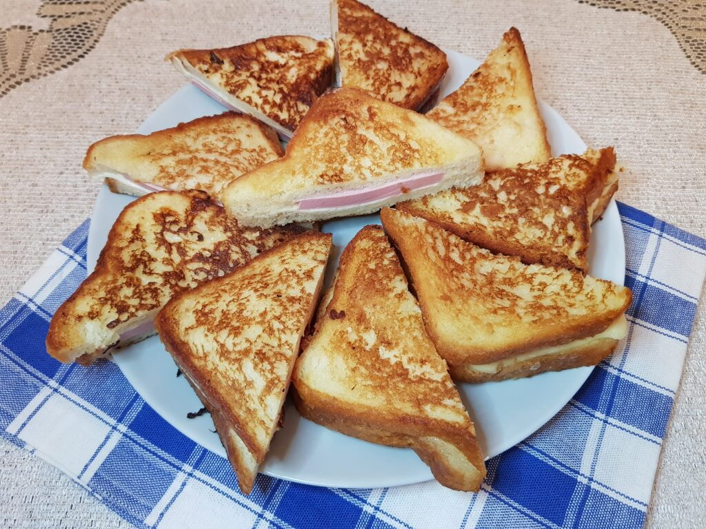 Фото рецепта - Сэндвичи с колбасой и сыром на сковороде - шаг 5