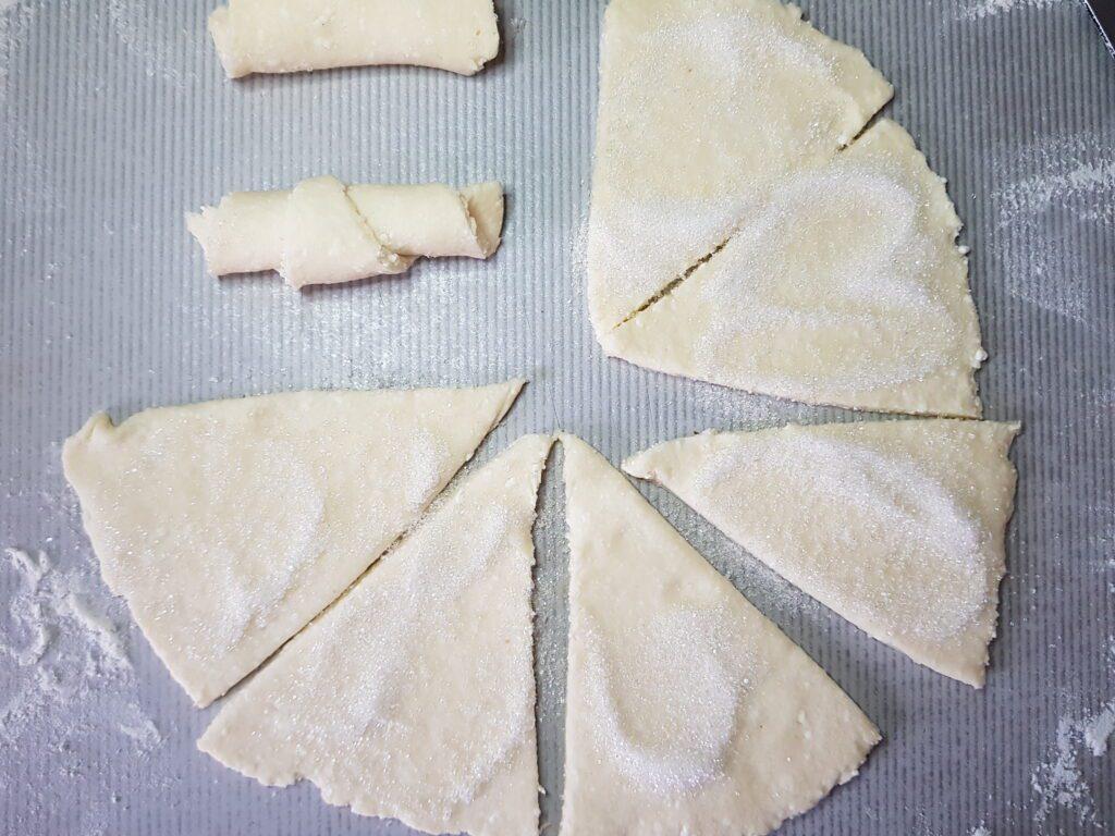 Фото рецепта - Рогалики из творожного теста с сахарной пудрой - шаг 6