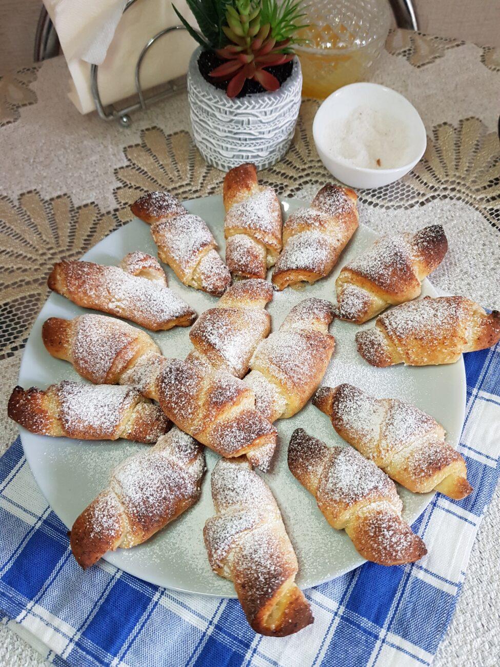 Рогалики из творожного теста с сахарной пудрой