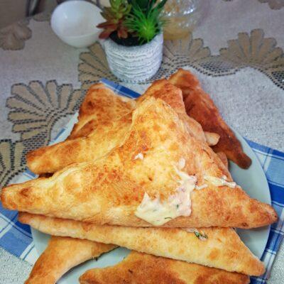 Треугольники с сыром и колбасой - рецепт с фото