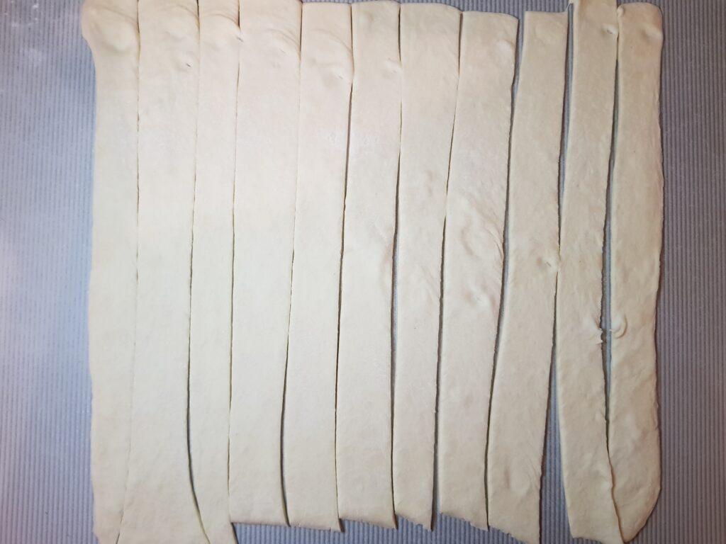 Фото рецепта - Сосиски в дрожжевом слоеном тесте - шаг 2