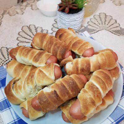 Сосиски в дрожжевом слоеном тесте - рецепт с фото