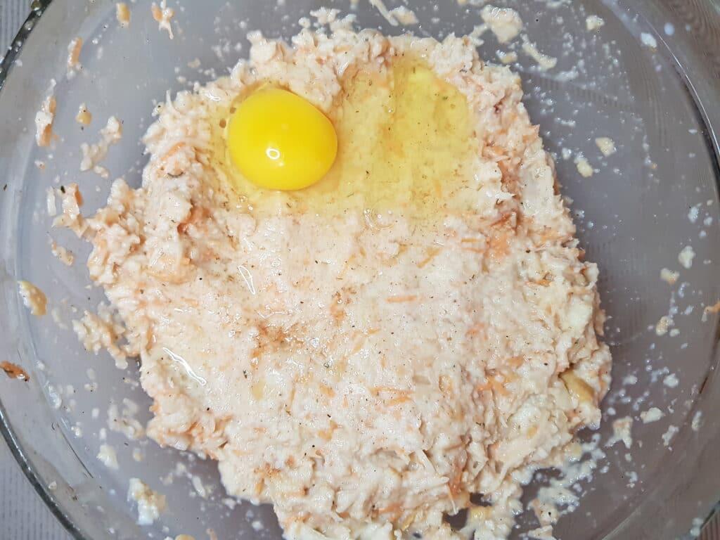 Фото рецепта - Картофельно-хлебные котлеты с зеленью - шаг 3