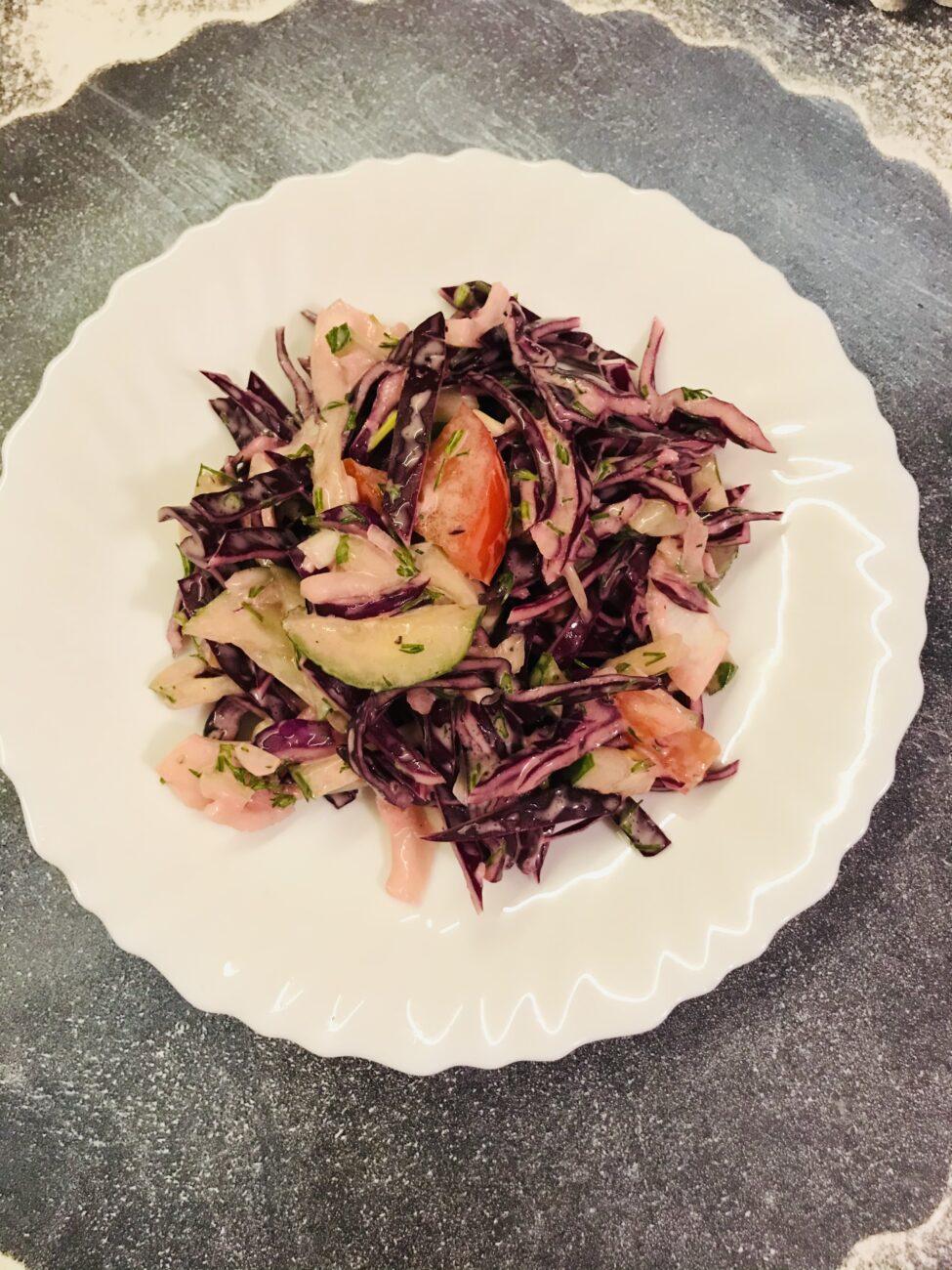 Вкусный салат из краснокочанной капусты и овощей