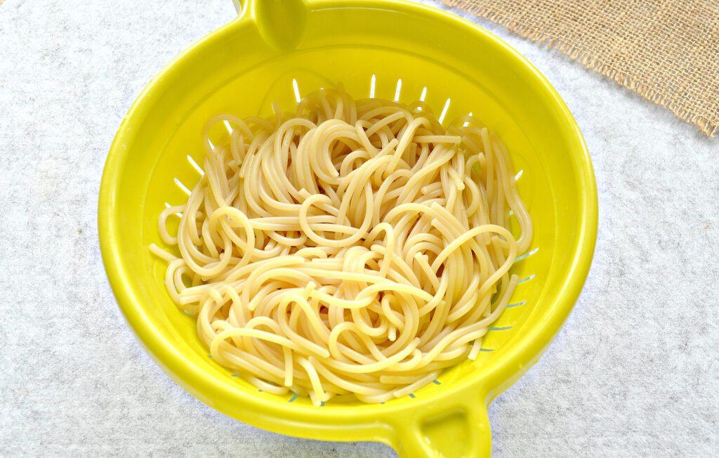 Фото рецепта - Спагетти с тушеной свининой на сковороде - шаг 3