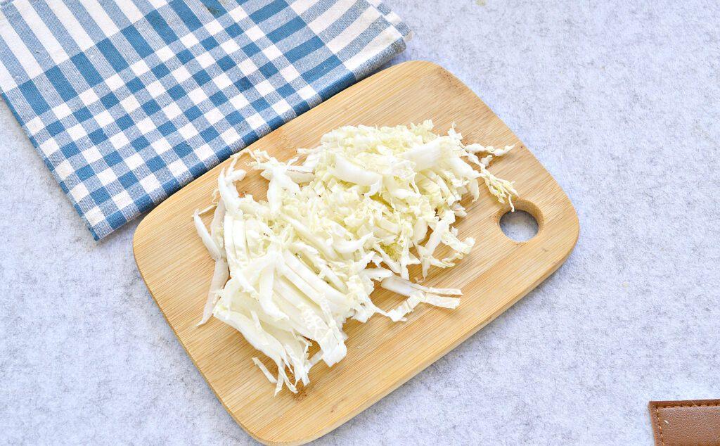 Фото рецепта - Салат с пекинской капустой, фасолью и крабовыми палочками - шаг 2