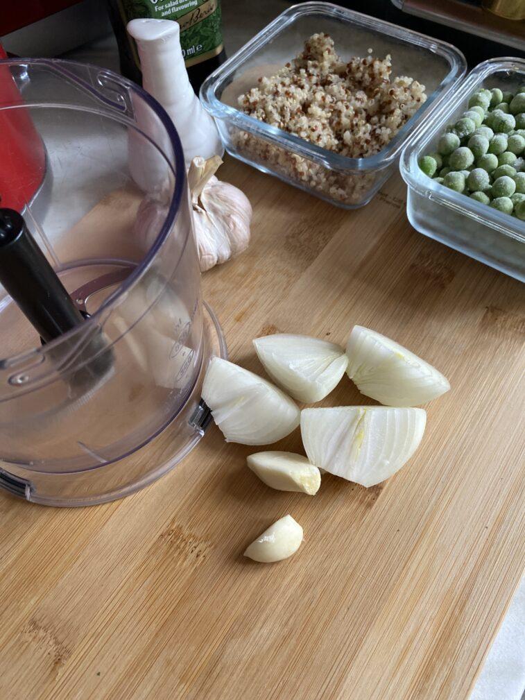 Фото рецепта - Гороховый суп по-перуански с кинзой и киноа - шаг 3