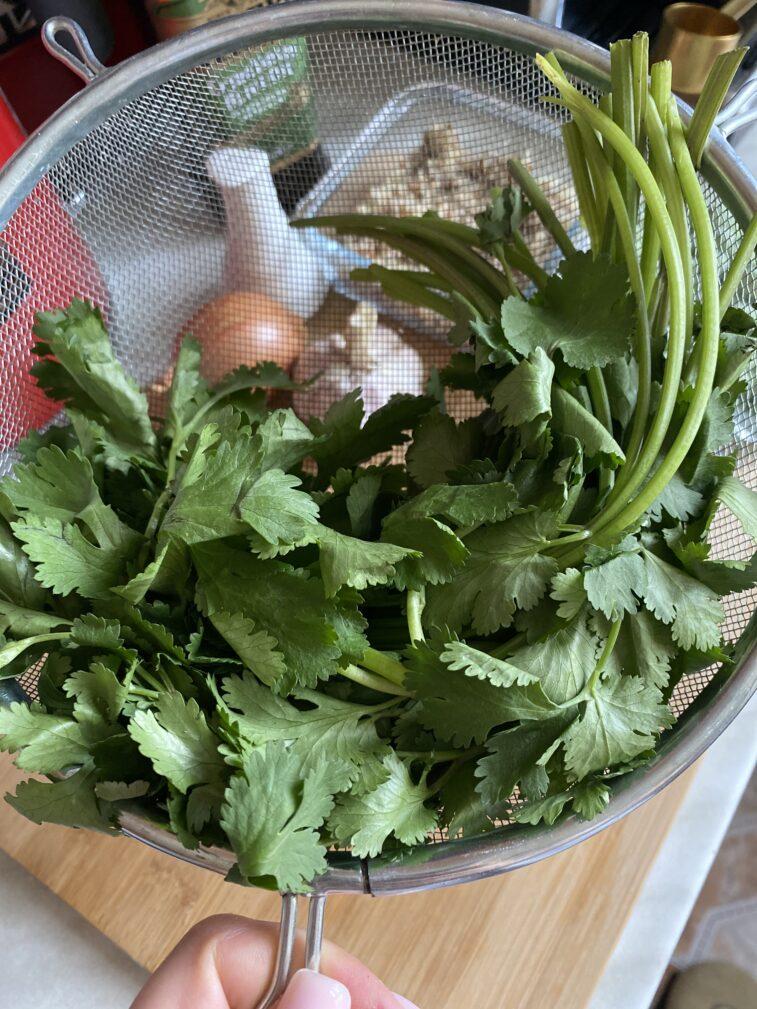 Фото рецепта - Гороховый суп по-перуански с кинзой и киноа - шаг 2