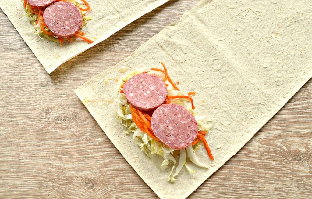 Фото рецепта - Закуска из лаваша с морковкой по-корейски, колбасой и сыром - шаг 4
