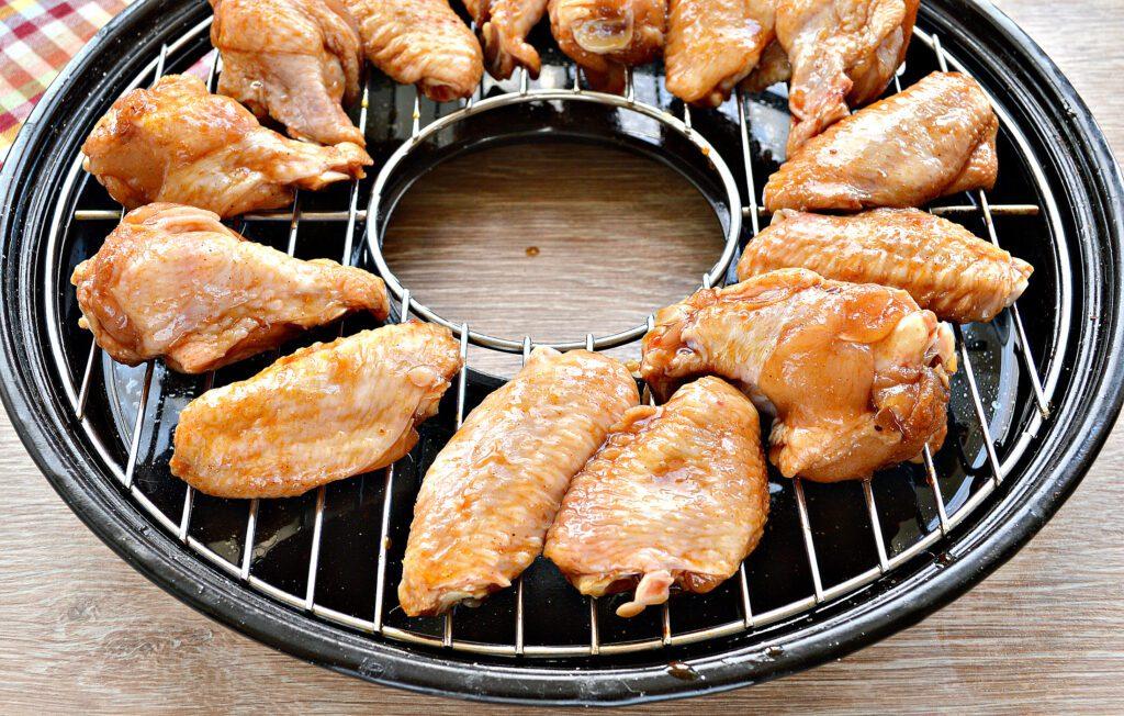 Фото рецепта - Куриные крылышки с румяной корочкой в сковороде гриль-газ - шаг 4