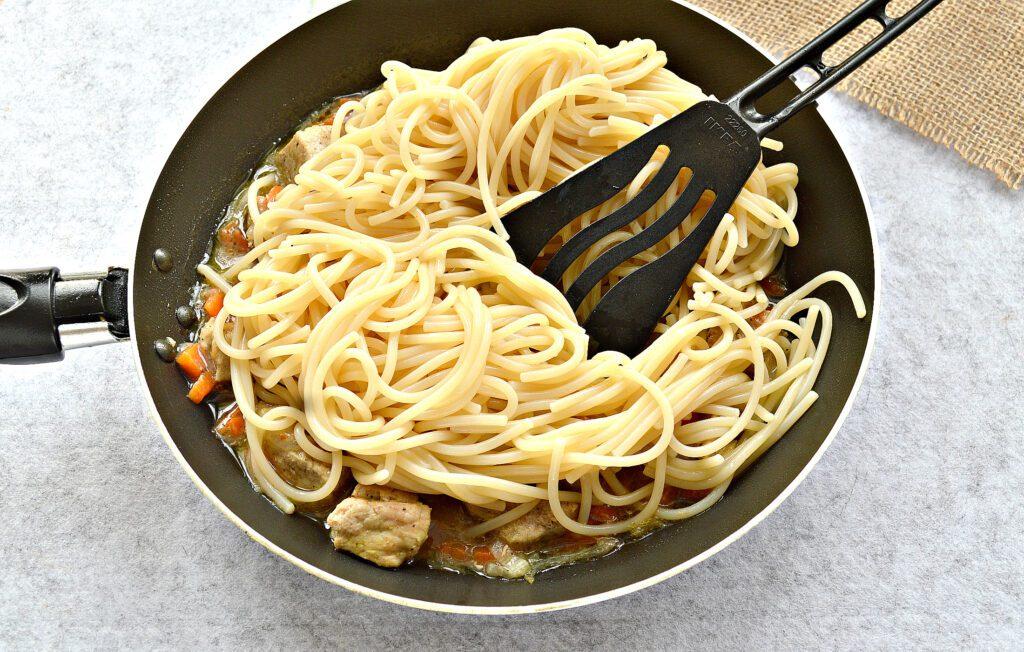 Фото рецепта - Спагетти с тушеной свининой на сковороде - шаг 4