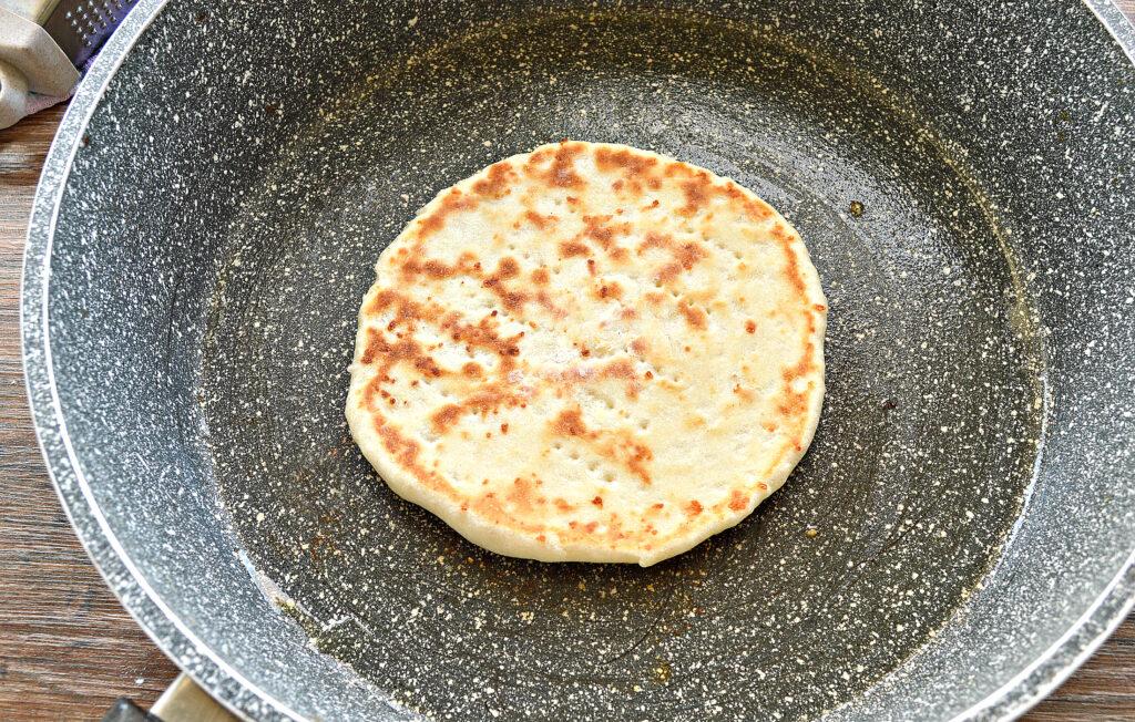 Фото рецепта - Лепешки на кефире с сыром на сковороде - шаг 5