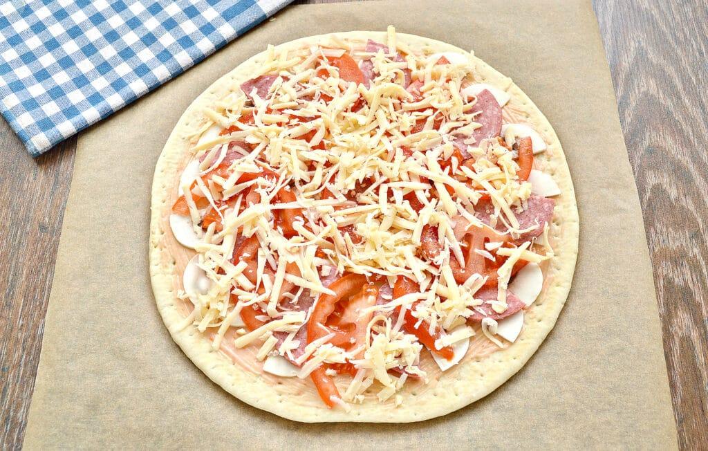 Фото рецепта - Пицца с грибами, колбасой и помидором на готовой основе - шаг 5