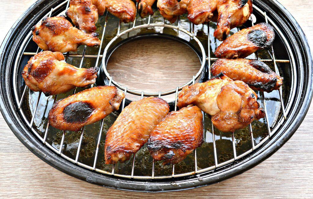 Фото рецепта - Куриные крылышки с румяной корочкой в сковороде гриль-газ - шаг 5