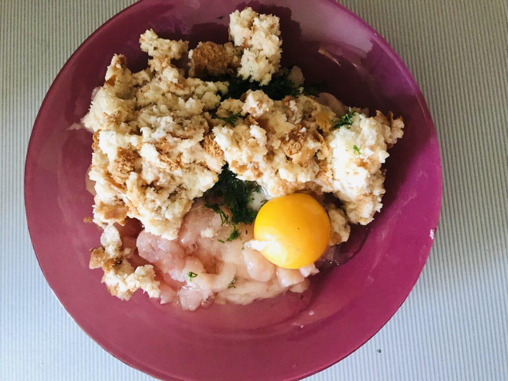 Фото рецепта - Котлеты из куриного филе с сыром и укропом - шаг 2