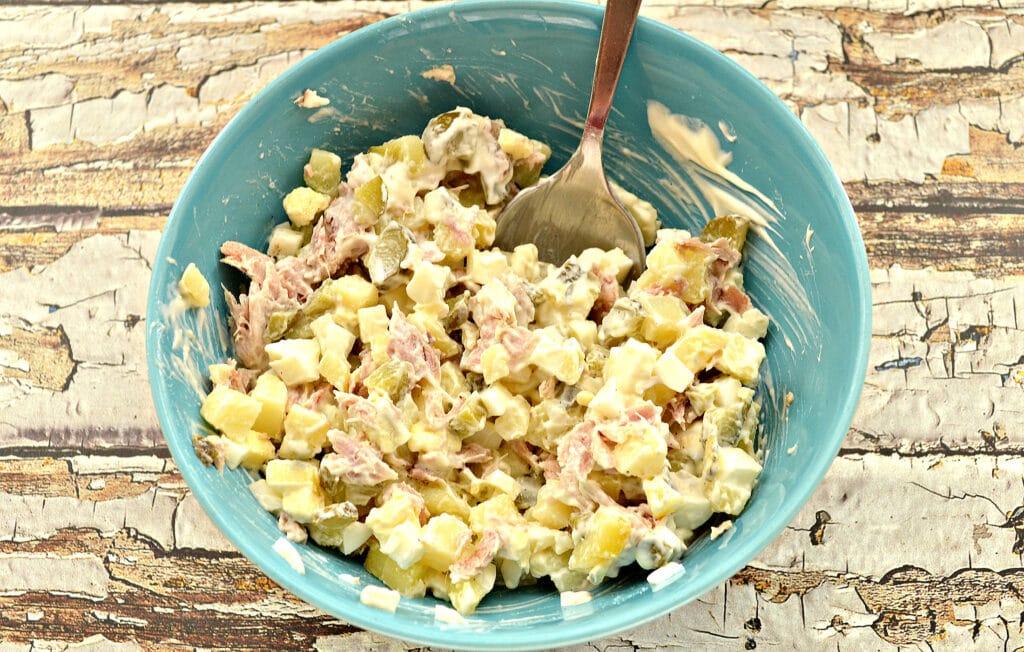 Фото рецепта - Картофельный салат со свининой и огурцами - шаг 6
