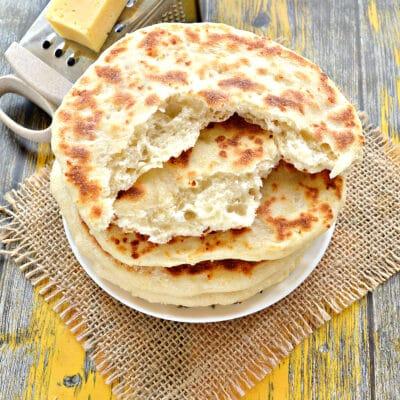 Лепешки на кефире с сыром на сковороде - рецепт с фото