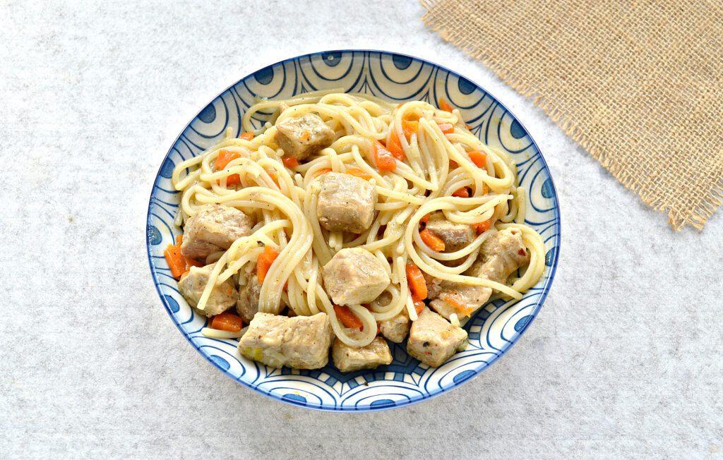 Фото рецепта - Спагетти с тушеной свининой на сковороде - шаг 6