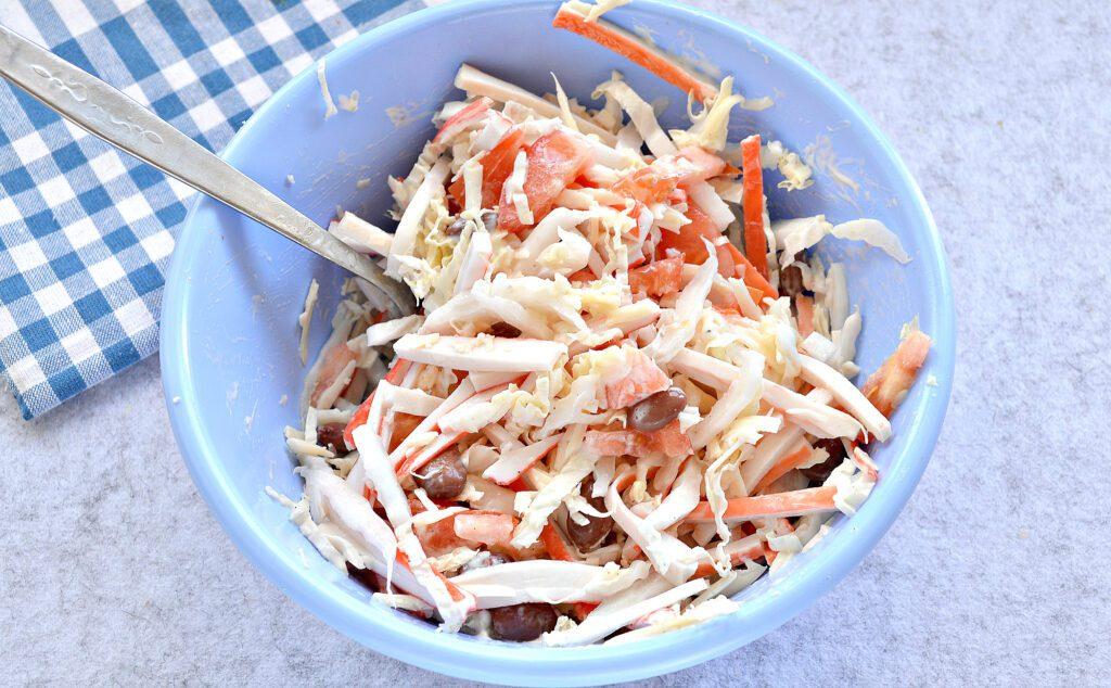 Фото рецепта - Салат с пекинской капустой, фасолью и крабовыми палочками - шаг 6