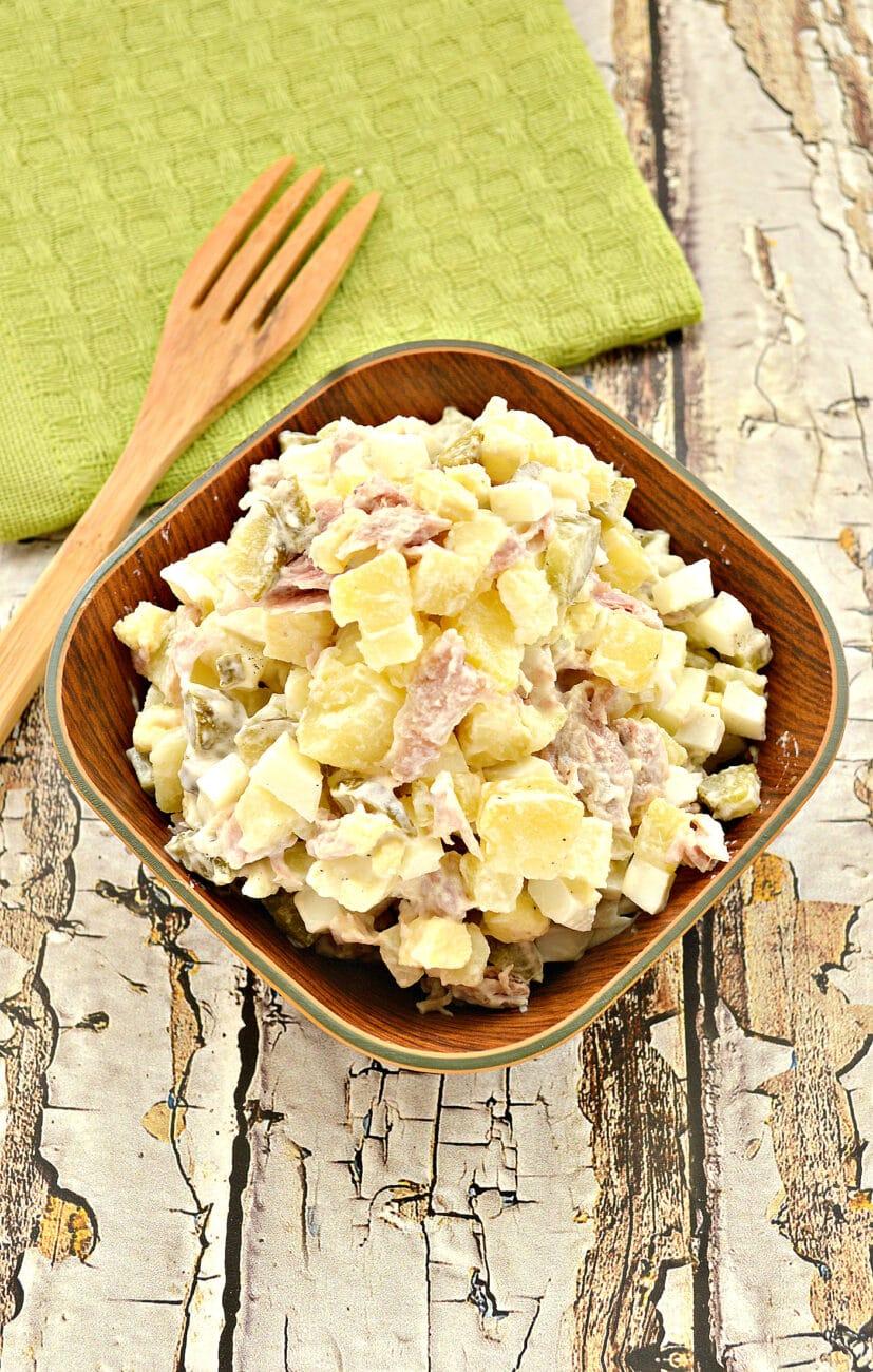 Картофельный салат со свининой и огурцами