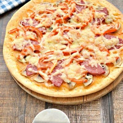 Пицца с грибами, колбасой и помидором на готовой основе - рецепт с фото