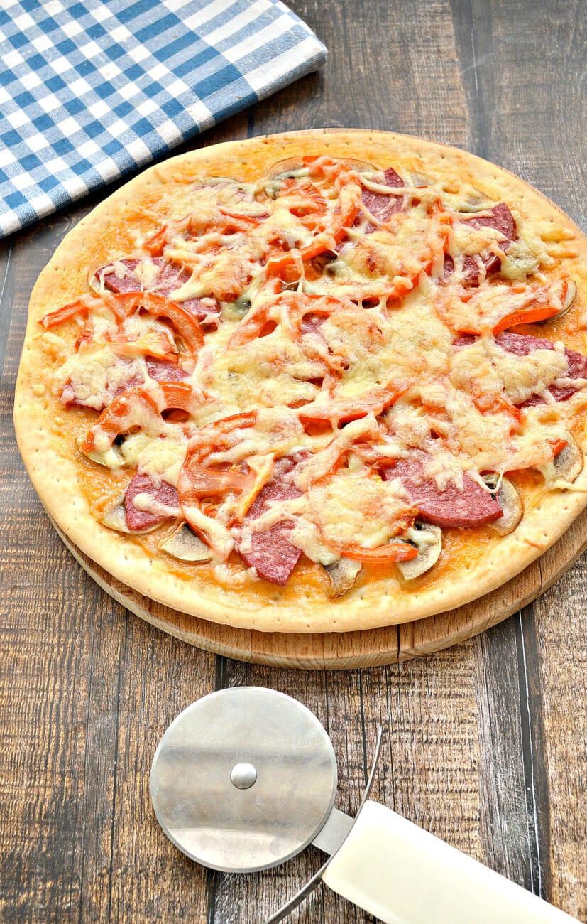 Пицца с грибами, колбасой и помидором на готовой основе