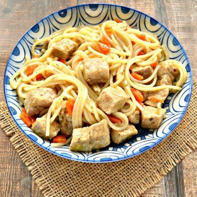 Спагетти с тушеной свининой на сковороде - рецепт с фото