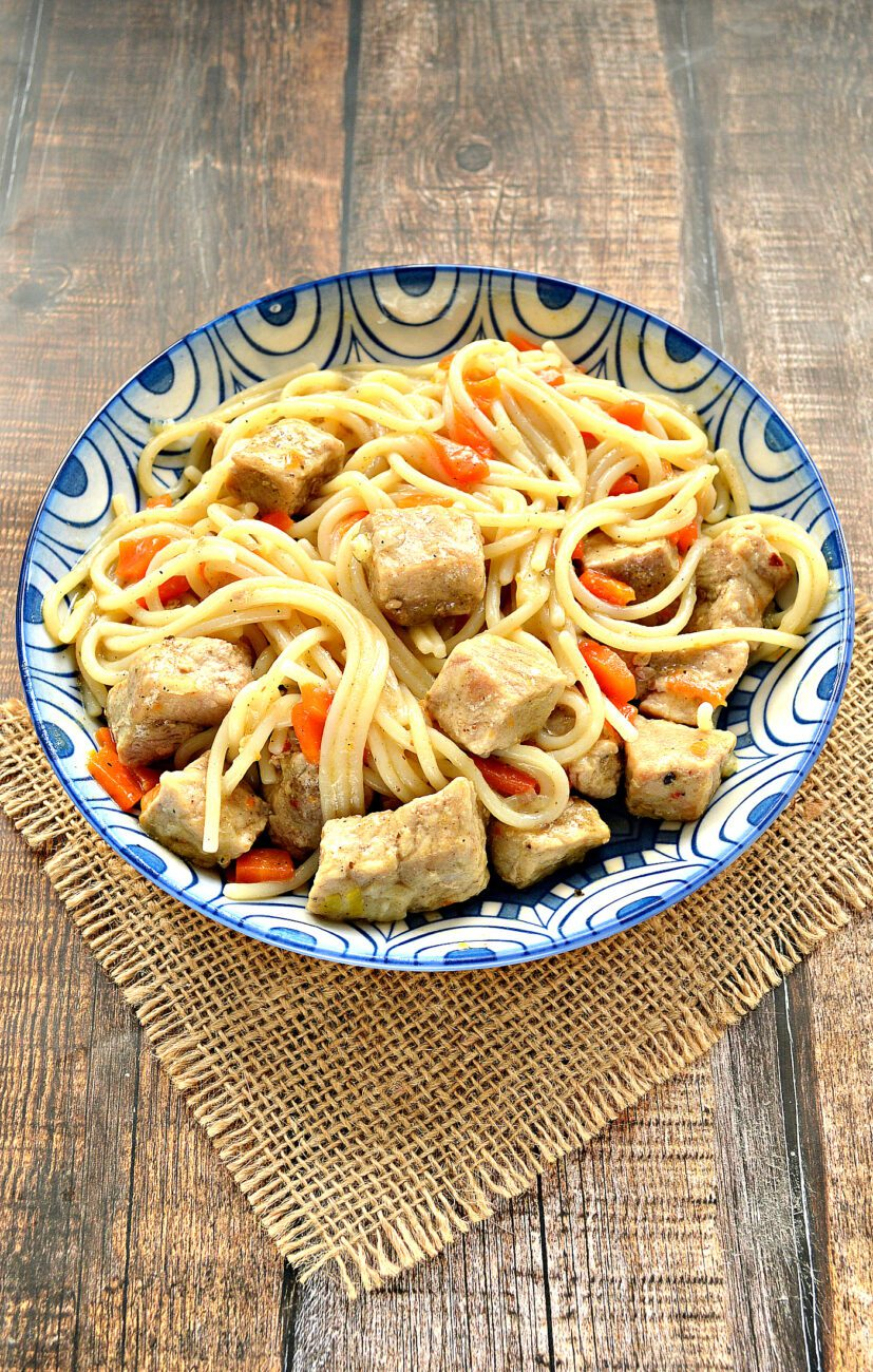 Спагетти с тушеной свининой на сковороде