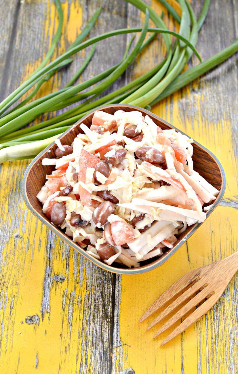 Салат с пекинской капустой, фасолью и крабовыми палочками