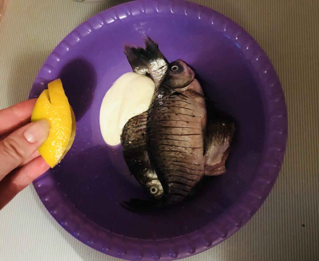 Фото рецепта - Сочные жаренные караси, маринованные в майонезе - шаг 2