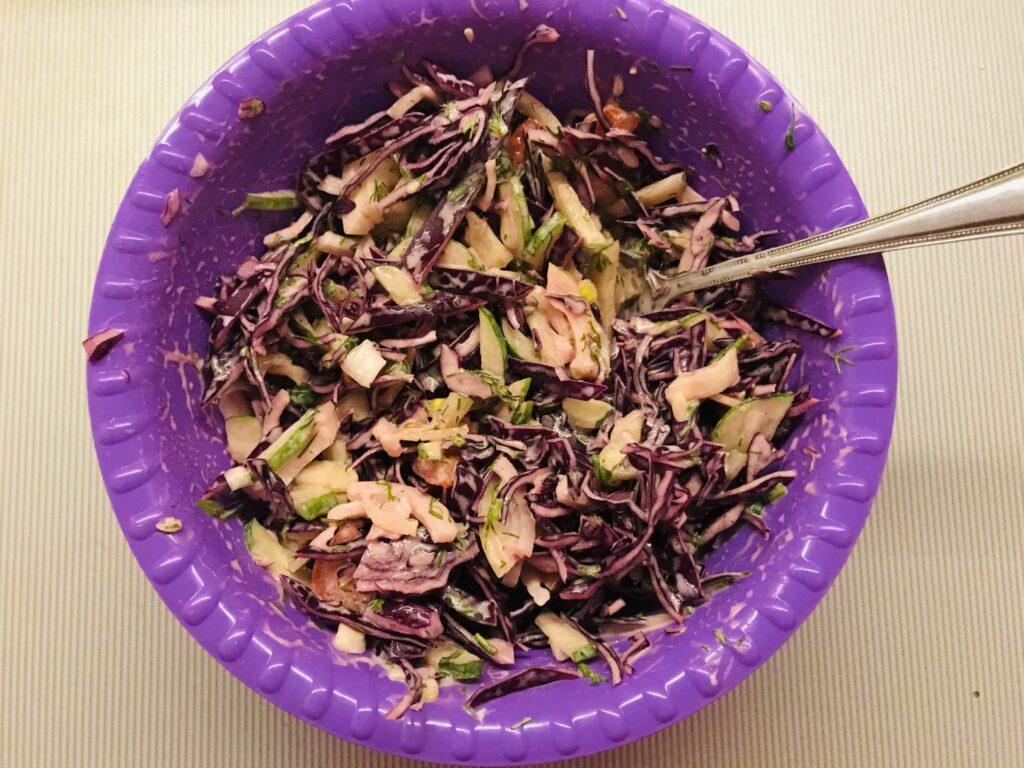 Фото рецепта - Вкусный салат из краснокочанной капусты и овощей - шаг 5