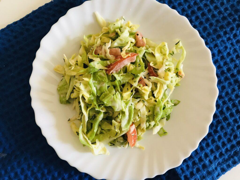 Фото рецепта - Лёгкий салат из молодой капусты и овощей - шаг 6